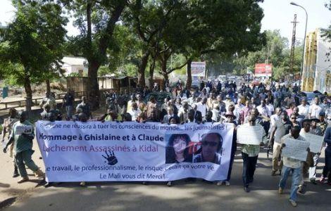Marche des journalistes maliens en hommage à Ghislaine Dupont et Claude Verlon, à Bamako, ce lundi 4 novembre 2013. ©AFP