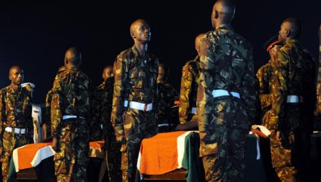 Soldats kényans lors d'une veillée funéraire pour 4 des leurs tombés au combat.