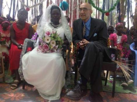 Tom Catena, missionnaire et chirurgien américain, et Nasma se marient à Gidel, au Sud-Kordofan.