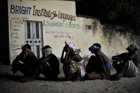 4 mai 2014, Mogadiscio. Des personnes suspectées d'appartenir aux shebabs en attente de transfert.  Tobin Jones/Nations-Unies.