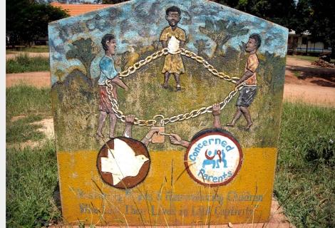 Monument en souvenir des enfants «enchaînés» par l'Armée de libération du Seigneur. Gulu, Ouganda, photo de Joshuah Zachary.