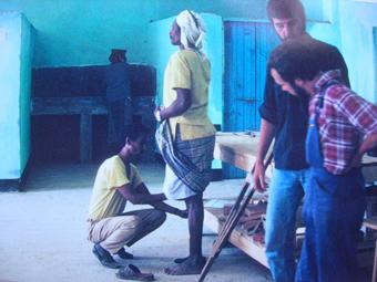 Dans les ateliers de Handicap International, à Hargeisa, décembre 1991, les employés mettent au point les prothèses. A l'époque, le rythme des explosions de mines était tombé à 7 par jour.