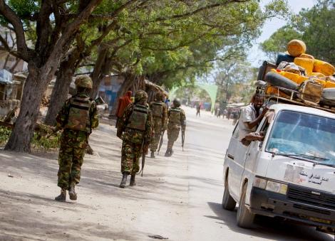 Les soldats de l'armée kényane sur la route du port de Kismayo, Somalie. © Stuart Price/UN