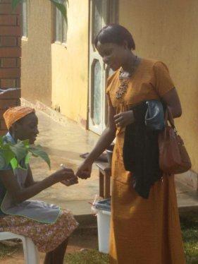 Nakyanja Annet Mawejje, candidate au poste de conseillère municipale de Wakiso, après avoir voté.