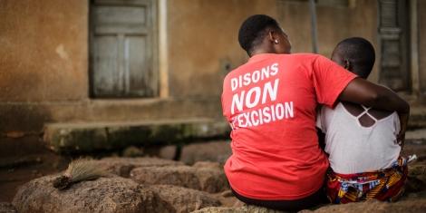 En Côte d'Ivoire, une femme réconforte une adolescente.