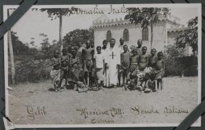 Photo extraite d'un album de la mission des Trinitaires à Gelib. L'album contenait 137 photos prises entre 1910 et 1924, vendu par la maison The Wayfarers