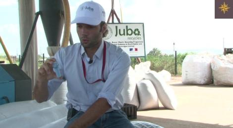 Olivier Laboulle, chef du projet de Juba recycles, montre les produits recyclés. Il porte une chemisette en fibres de plastique, issu des bouteilles collectées par Angelina.