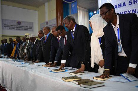 Mogadiscio, 27 décembre 2016. Cérémonie de prestation de serment des députés du nouveau Parlement somalien. Sur la table, des exemplaires du Coran. Les parlementaires se succèdent par groupe de 30.