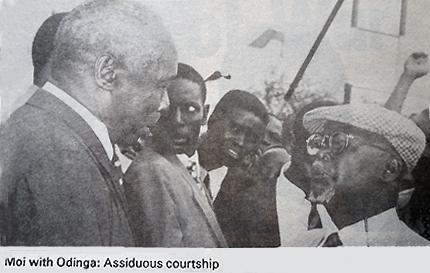 """Daniel Arap Moi (à gauche) et Oginga Odinga. """"Une cour assidue"""". Photo extraite de The Economic Review (2/08/1993)."""